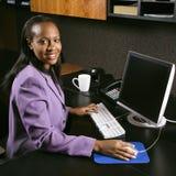 Donna che lavora nell'ufficio Fotografia Stock Libera da Diritti