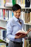 Donna che lavora nella biblioteca Fotografie Stock