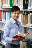 Donna che lavora nella biblioteca Immagine Stock