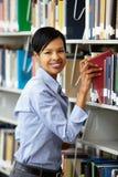 Donna che lavora nella biblioteca Fotografia Stock
