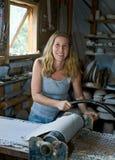 Donna che lavora nello studio delle terraglie fotografia stock libera da diritti