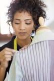 Donna che lavora nello studio di disegno di modo Fotografia Stock Libera da Diritti