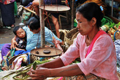 Donna che lavora in un servizio in Myanmar Immagini Stock Libere da Diritti