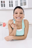 Donna che lecca la caramella di zucchero dolce fotografia stock