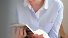 Donna che legge il dettaglio di Forbes Magazine video d archivio