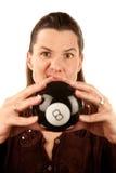 Donna che legge il futuro da un eightball del giocattolo Immagine Stock