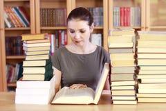 Donna che legge il libro Immagine Stock