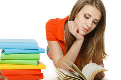 Donna che legge il libro che si trova sul pavimento Fotografia Stock