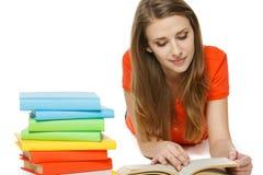 Donna che legge il libro che si trova sul pavimento Fotografia Stock Libera da Diritti