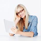 Donna che legge le notizie su una compressa Immagini Stock