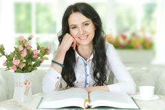 Donna che legge libro interessante Immagini Stock Libere da Diritti