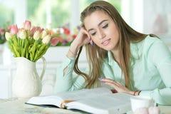 Donna che legge libro interessante Immagine Stock Libera da Diritti