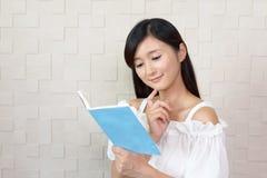 Donna che legge un libro Fotografia Stock