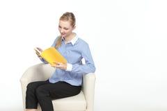 Donna che legge un libro Fotografia Stock Libera da Diritti
