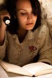 Donna che legge un libro Immagine Stock Libera da Diritti