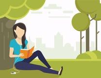 Donna che legge un libro Immagini Stock Libere da Diritti