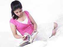 Donna che legge un libro immagine stock