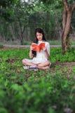 Donna che legge un libro nella sosta Fotografia Stock Libera da Diritti