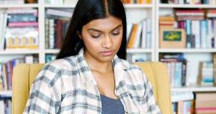 Donna che legge un romanzo nella sala di lettura video d archivio
