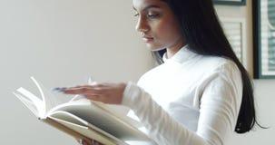 Donna che legge un romanzo in salone stock footage