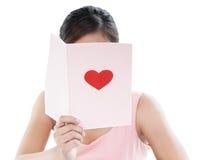 Donna che legge Valentine Card Fotografia Stock Libera da Diritti