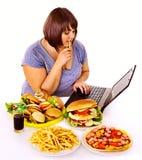 Donna che mangia alimenti industriali. Fotografia Stock