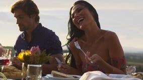 Donna che mangia alimento con gli amici ad un partito stock footage