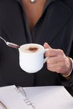 Donna che mangia caffè con latte Fotografia Stock