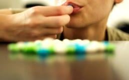 Donna che mangia caramella Fotografia Stock Libera da Diritti