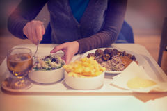 Donna che mangia cena, insalata con il coltello e forcella Immagine Stock Libera da Diritti