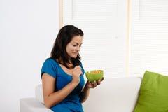 Donna che mangia cereale da prima colazione Immagine Stock Libera da Diritti