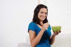 Donna che mangia cereale da prima colazione Fotografie Stock Libere da Diritti