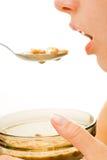 Donna che mangia cereale da prima colazione Immagini Stock