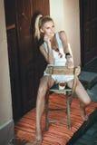 Donna che mangia ciliegia Fotografia Stock