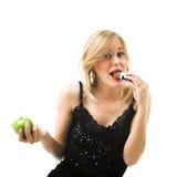 Donna che mangia cioccolato fotografie stock libere da diritti