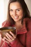 Donna che mangia ciotola di minestra immagini stock libere da diritti