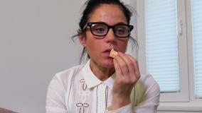 Donna che mangia clementina