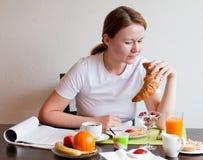 Donna che mangia croissant Fotografia Stock