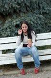 Donna che mangia gelato immagini stock