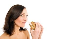 Donna che mangia hamburger Immagini Stock