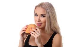 Donna che mangia hamburger Fine in su Priorità bassa bianca immagini stock