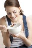 Donna che mangia i cereali Fotografia Stock