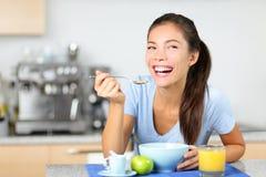 Donna che mangia i cereali da prima colazione Immagine Stock