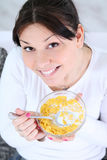 Donna che mangia i cereali dei fiocchi di granturco Fotografia Stock Libera da Diritti