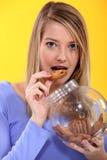 Donna che mangia i cracker Fotografia Stock