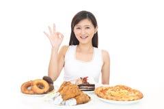 Donna che mangia i pasti fotografia stock libera da diritti