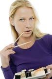 Donna che mangia i sushi Immagini Stock