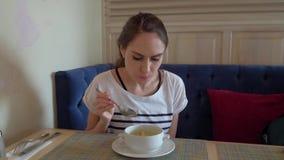 Donna che mangia il pranzo di lavoro di dieta in ristorante archivi video