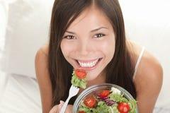 Donna che mangia insalata Fotografie Stock