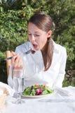 Donna che mangia insalata fotografia stock libera da diritti